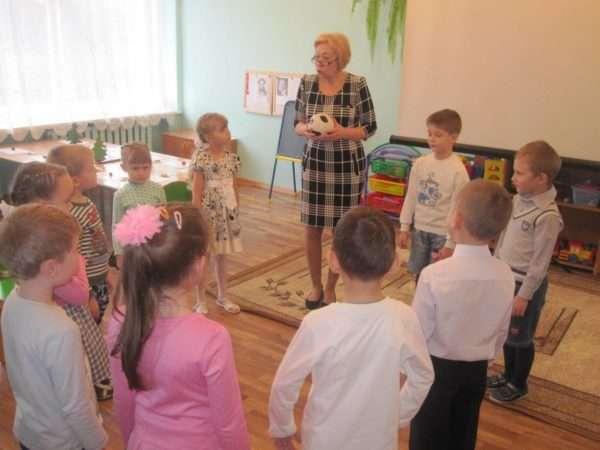 Дети и педагог стоят в кругу