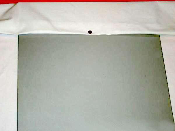 Светлая ткань, прикреплённая к основе из ДСП