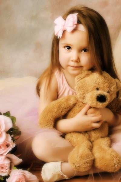 Девочка с игрушечным мишкой