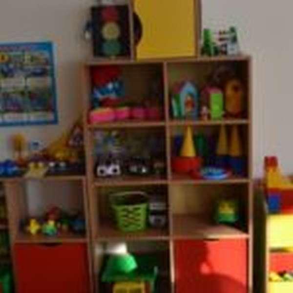Игровая зона с игрушками, расставленными на полках