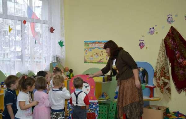 Воспитатель показывает детям макет матрёшки