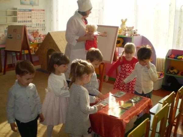 Воспитатель играет с детьми в больницу