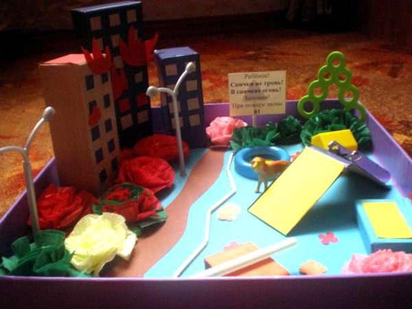 Готовый макет с домами, клумбой и детской площадкой