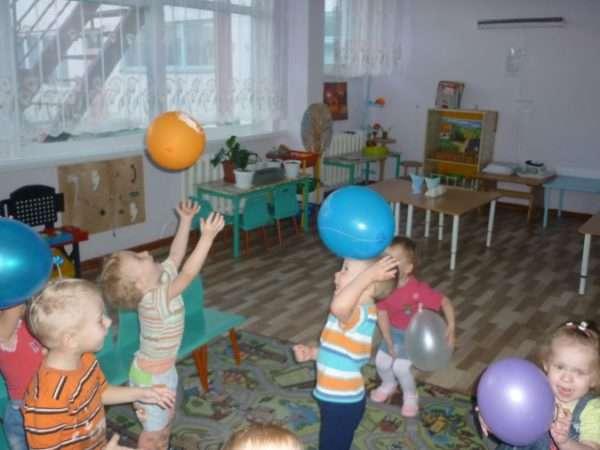 Дети играют с мячами