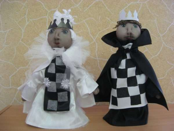 Куклы, изображающие шахматного короля и королеву