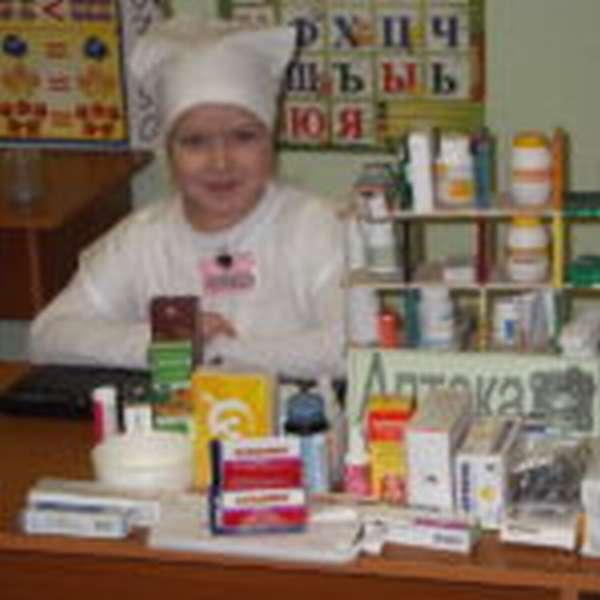 Девочка в игровой зоне «Аптека»