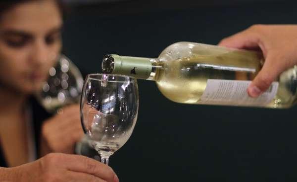 Прием мумие и алкоголя нельзя совмещать по причине, что все целебное действие препарата сходит на нет