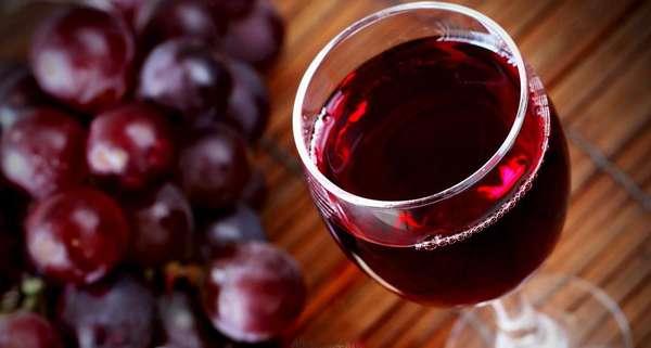 Наиболее полезным считается красное вино, которое повышает иммунитет и насыщает организм витаминами группы В