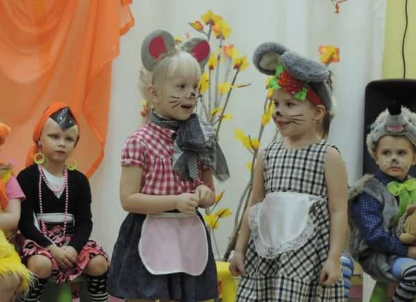 Дошкольники в костюмах животных разыгрывают этюд-импровизацию