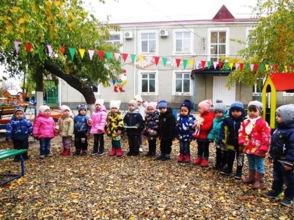 Дети стоят на улице