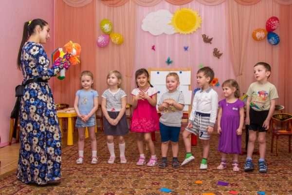 Педагог и дети в музыкальном зале