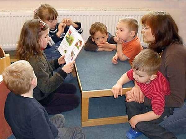 Девочка читает детям