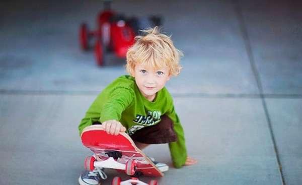 ребенок на скейтборде