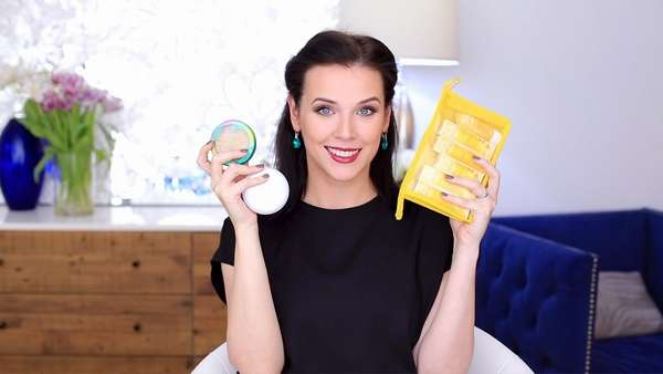 При беременности не рекомендуется пользоваться дешевой косметикой, поскольку она может быть некачественной