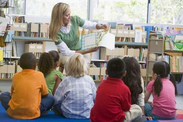 Педагог показывает детям книгу
