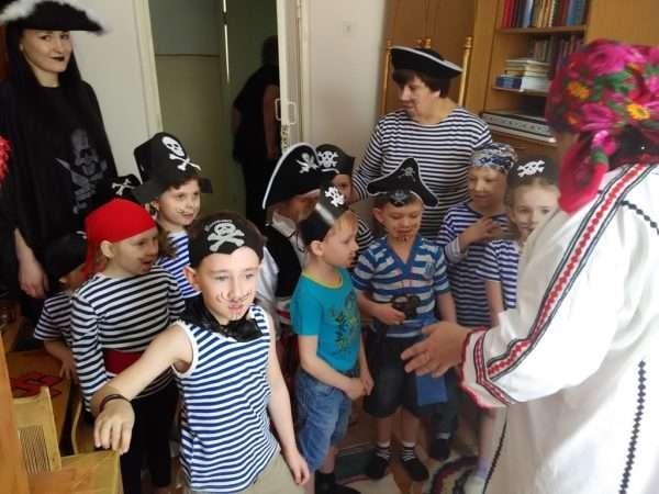 Дети и воспитатели в костюмах пиратов