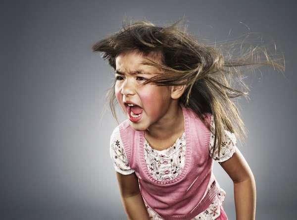 Гнев ребенка может быть обусловлен проблемами в школе или в садике