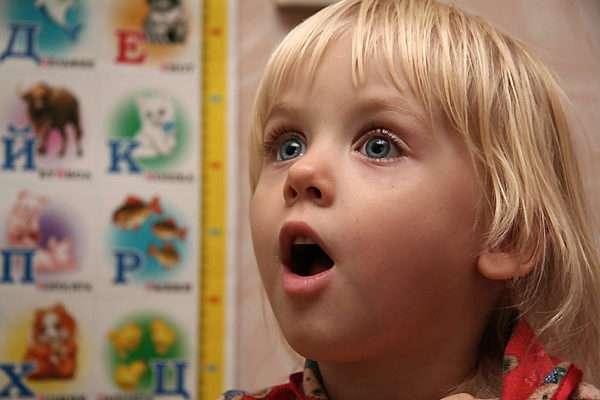 Ребёнок изображает удивление