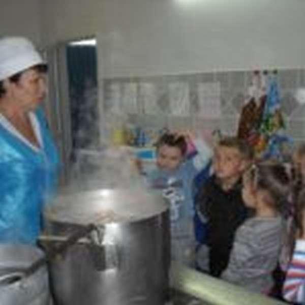 Дети на кухне детского сада
