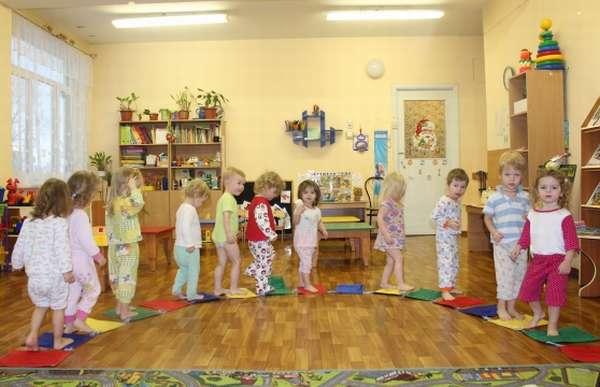 Малыши ходят по массажным коврикам
