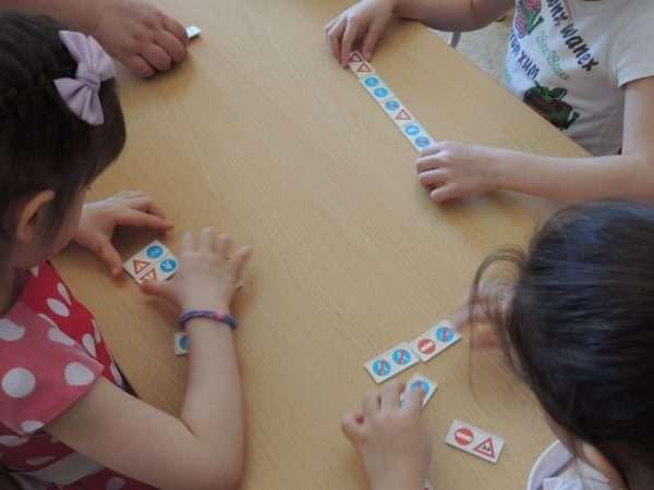 Дети складывают маленькие карточки со знаками
