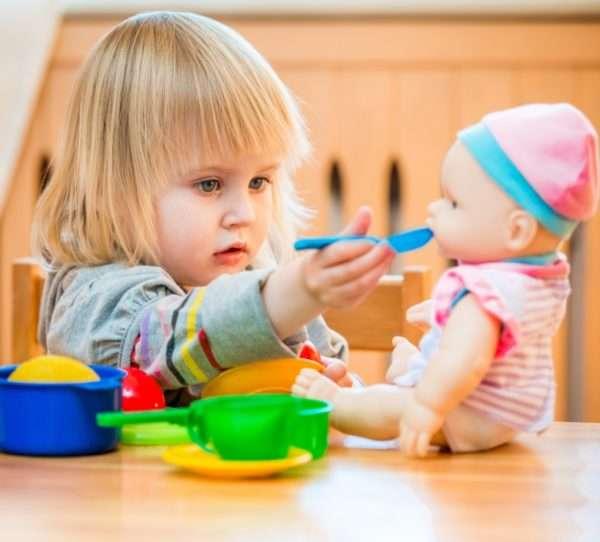 Девочка «кормит» куклу