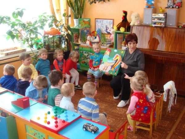 Воспитатель показывает детям изображение петушка