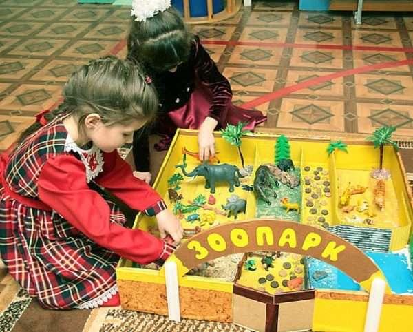Две девочки играют в зоопарк