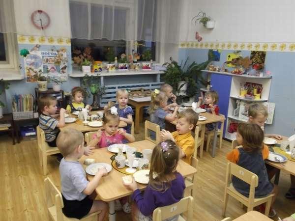 Дети за столиками кушают