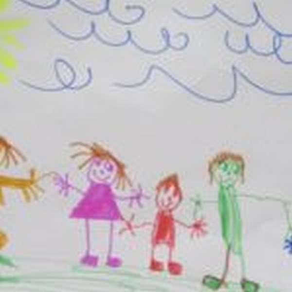 Детский рисунок: семья на природе