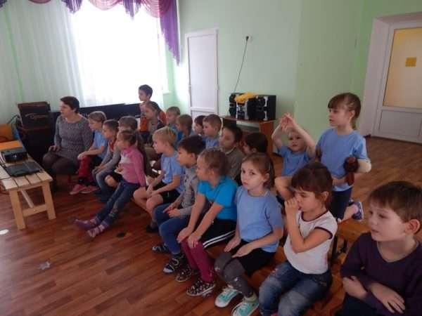 Дети сидят в зале