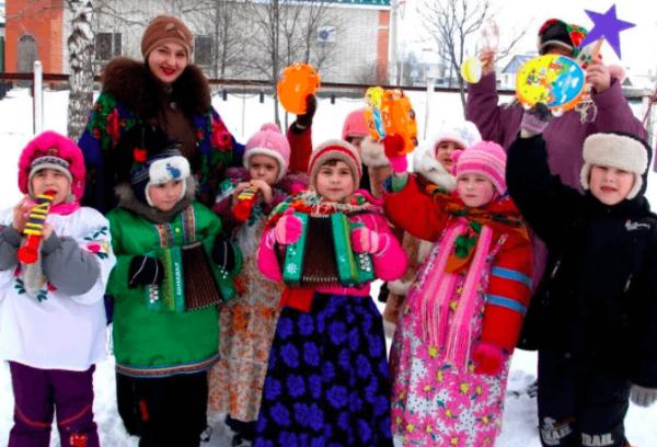 Дети и педагоги в святочных костюмах на улице