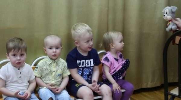 Дети смотрят на игрушку-собачку