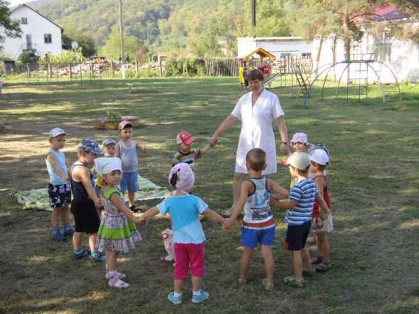 Дети с педагогом на улице ведут хоровод