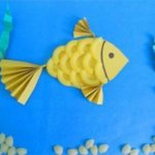 Рыбка из макарон и бумаги