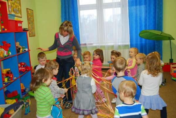 Дети и педагог держат в руках длинные разноцветные ленты