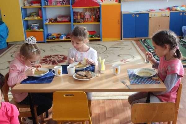 Три девочки за обеденным столом