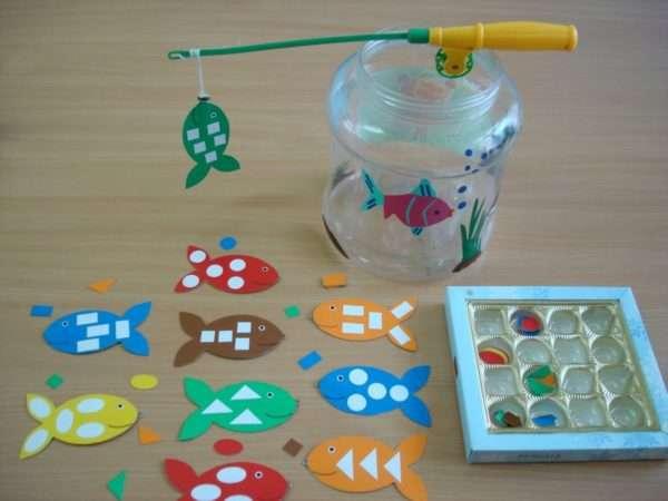 Дидактический материал в виде рыбок из картона с изображениями геометрических фигур на них