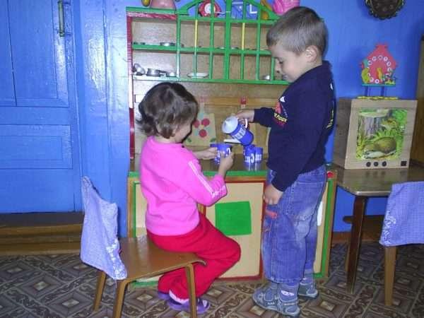 Мальчик и девочка играют в чаепитие