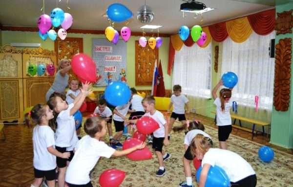 Дети ловят воздушные шары