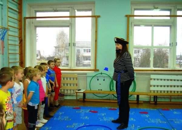 Дети слушают воспитателя в костюме пирата