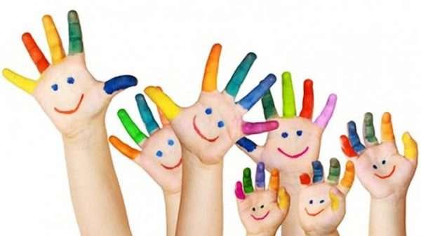 Детские ладошки с разноцветными пальчиками и мордашками