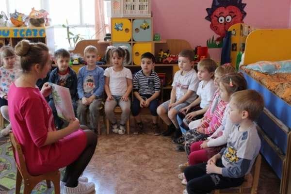 Педагог показывает детям картинку