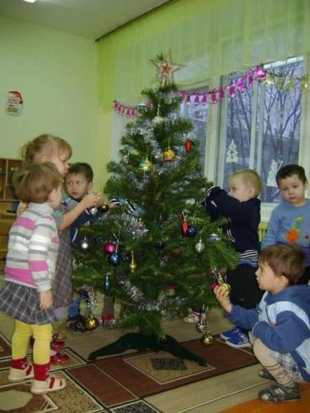 Дети наряжают ёлку