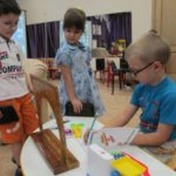 Два мальчика и девочка играют в «Регистратуру»
