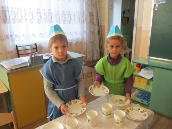 Двое детей дежурят по столовой