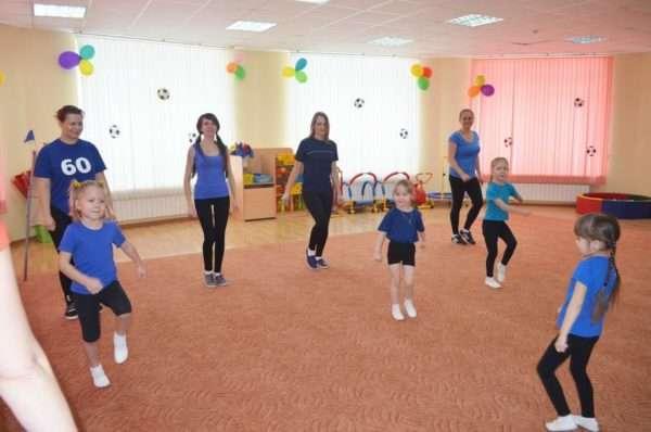 Дети выполняют упражнения вместе с родителями