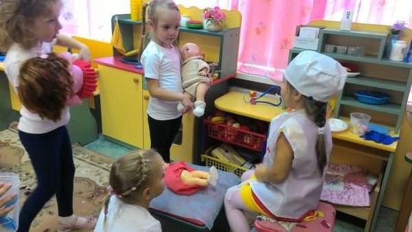 Девочки играют в больницу с куклами