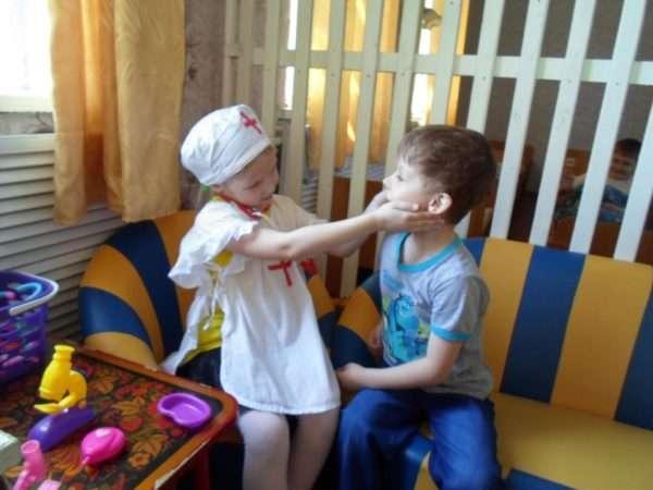 Дети играют в доктора