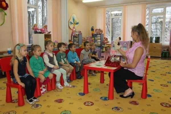 Педагог с игрушкой на руке перед детьми